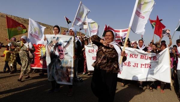 Marcha de protesta de mujeres yazidíes en las montañas de Sinjar en el primer aniversario de la masacre del Estado Islámico.