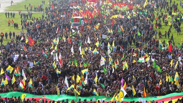 Miles de kurdos protestan en Alemania contra la designación del PKK como terrorista que criminaliza a su comunidad. | Foto: Agencia de noticias Firat