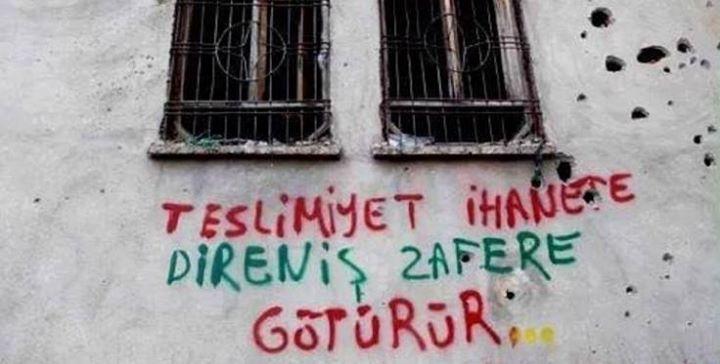 """Graffiti en una pared de Silvan: """"Rendirse es traición, la resistencia traerá la victoria"""""""
